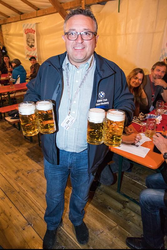 20 Jahre BCD Treffen, Bayerischer Abend: Bier gab es auch. Ralf vom BC Baar Heuberg.