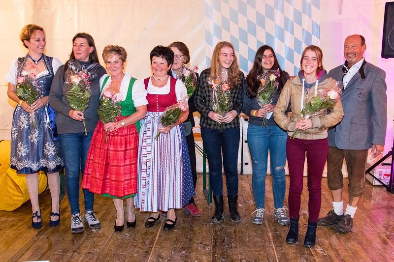 20 Jahre BCD Treffen, BCD Präsident Helmut Schmit bedankt sich bei den Helferinnen mit Blumen.