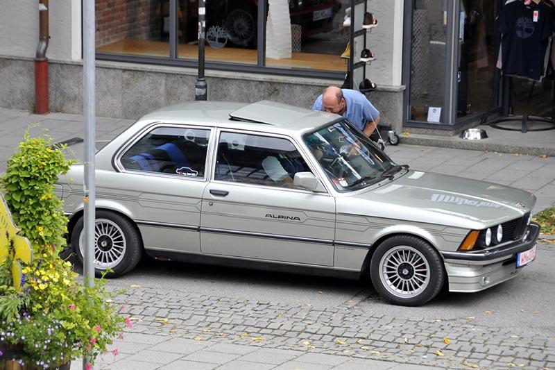 20 Jahre BCD Treffen: BCD Präsident Helmut Schmid interviewte die Teilnehmer in ihren Fahrzeugen.
