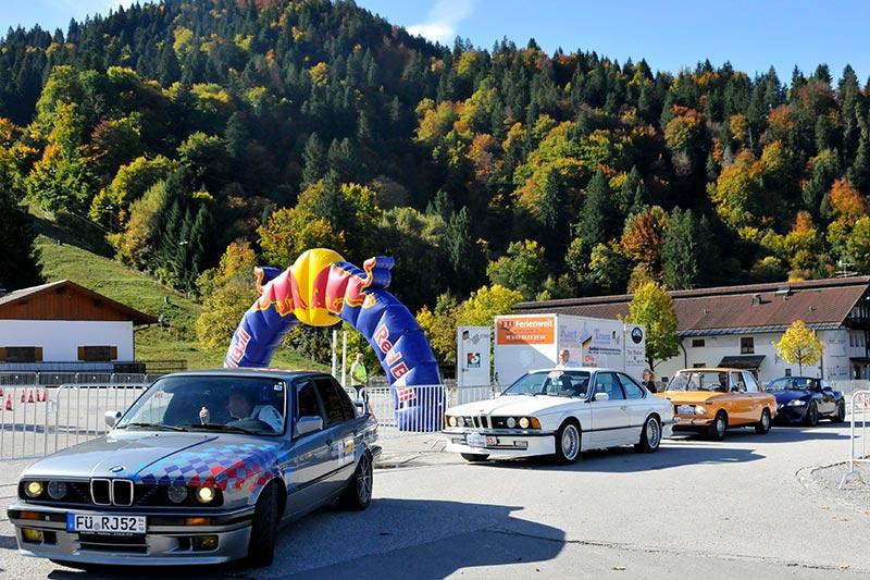 Die ersten Teilnehmer bei ihren Bergrennen. Gestartet wurde am Hausberg, dann ging es zum Riessersee und wieder zurück.