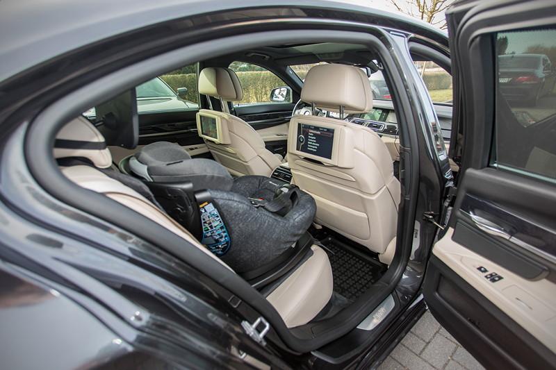 BMW 740i (F01) von Edwin ('Homerraas'), mit Rear Seat Entertainment Professional, und IsoFix Kindersitz.