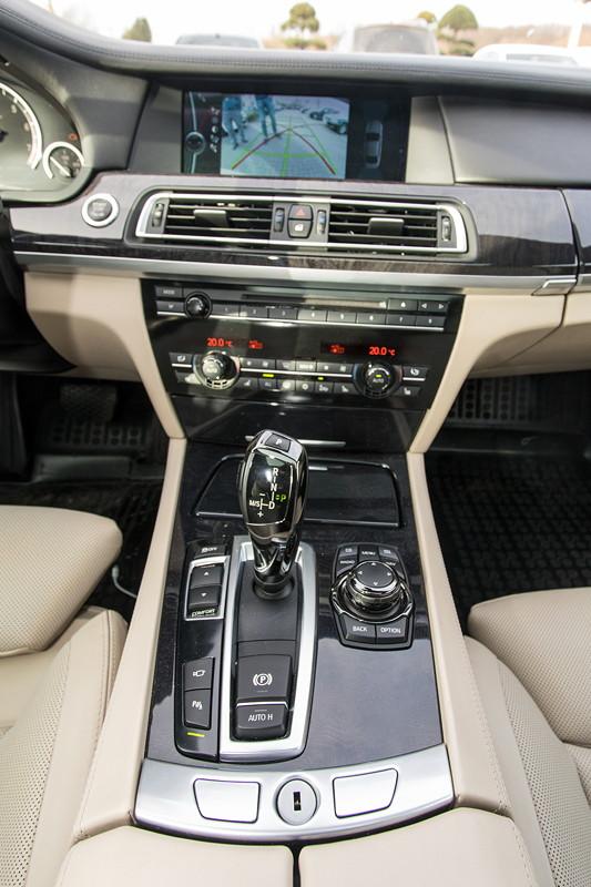 BMW 740i (F01) von Edwin ('Homerraas'), Mittelkonsole mit iDrive Controller.