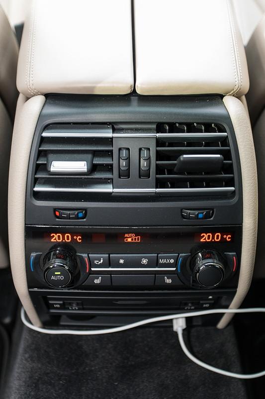 BMW 740i (F01) von Edwin ('Homerraas'), Klima-Automatik mit 4-Zonen-Regelung, Konsole im Fond.