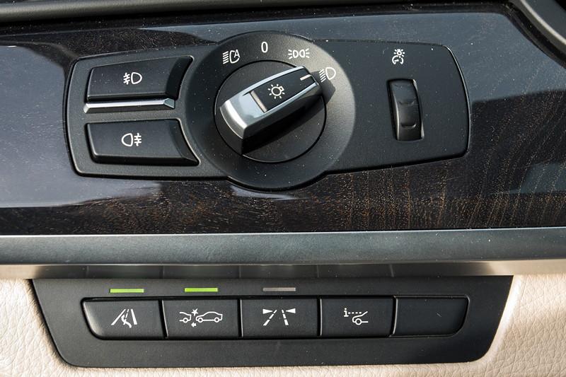 BMW 740i (F01) von Edwin ('Homerraas'), Schalter rechts neben dem Lenkrad.