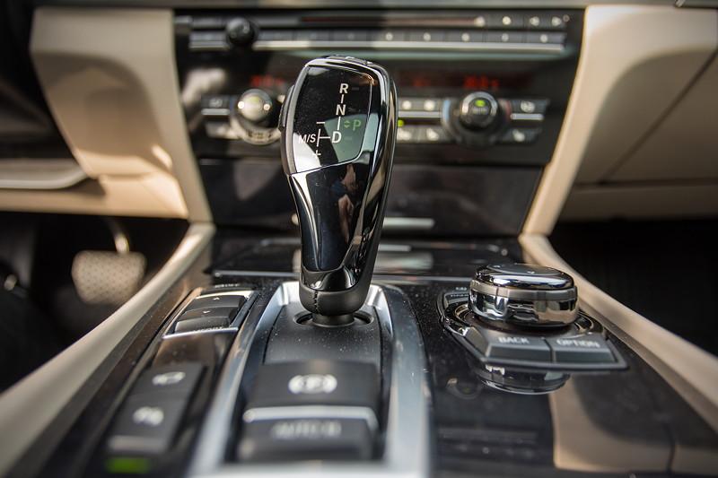 BMW 740i (F01) von Edwin ('Homerraas'), iDrive Controller und Automatik-Wählhebel auf der Mittelkonsole vorne.