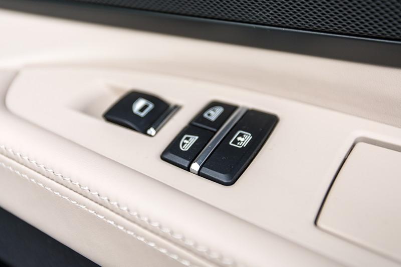 BMW 740i (F01) von Edwin ('Homerraas'), Bedienung Rollos und Fensterheber im Fond.