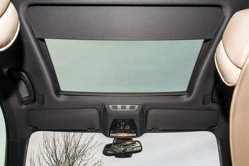 BMW 740i (F01) von Edwin ('Homerraas'), Glas-Schiebedach und Individual Dachhimmel in Alcantara anthrazit.