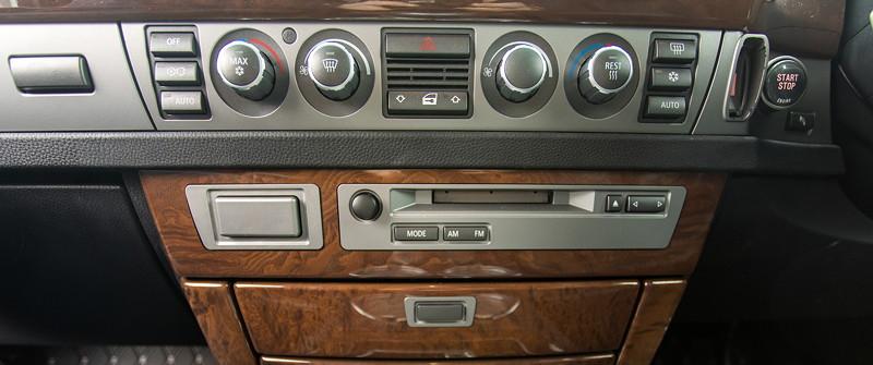 BMW 750i (E65 LCI), Japan-Import, Rechtslenker, von Olaf ('loewe40'), Mittelkonsole mit untypischen Kassetten- statt CD-Player