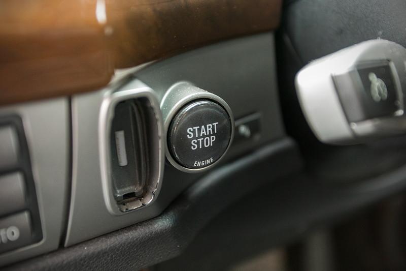 BMW 750i (E65 LCI), Japan-Import, Rechtslenker, von Olaf ('loewe40'), Start-Stop-Knopf neben dem Schlüsselschacht