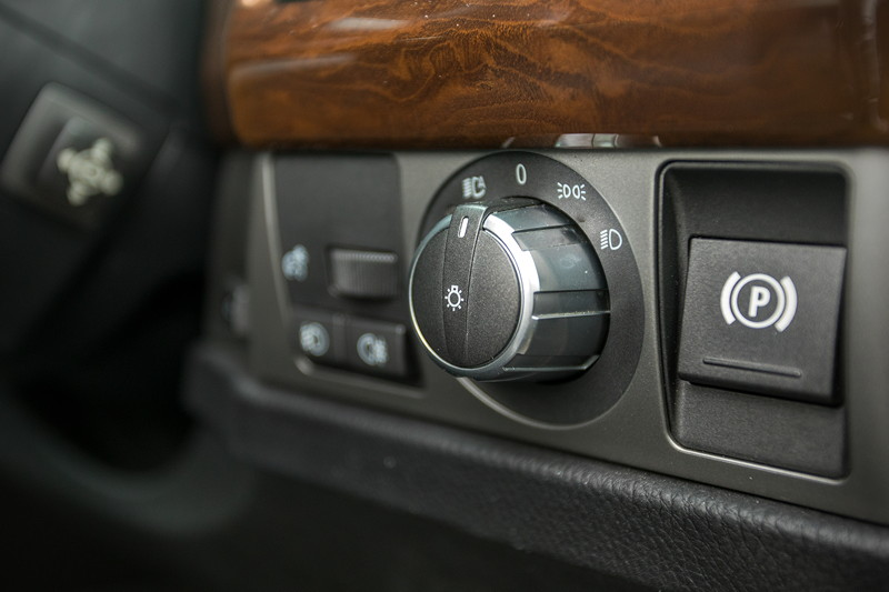 BMW 750i (E65 LCI), Japan-Import, Rechtslenker, von Olaf ('loewe40'), Taste für Parkbremse (rechts) und Lichtschalter (Mitte)