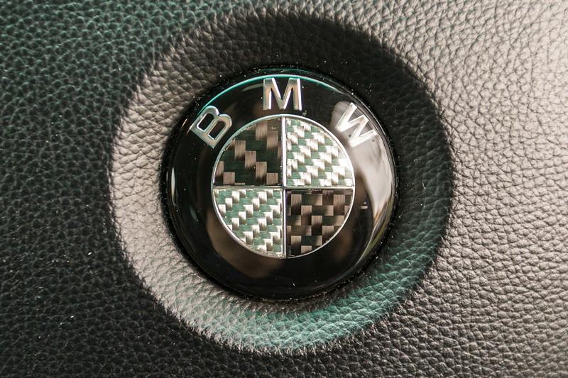 BMW 750i (E65 LCI), Japan-Import, Rechtslenker, von Olaf ('loewe40'), modifiziertes BMW-Logo auch auf dem Lenkread