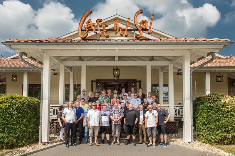 Gruppenfoto der Teilnehmer des 200. Rhein-Ruhr-Stammtisches vor dem Café del Sol im Juni 2018