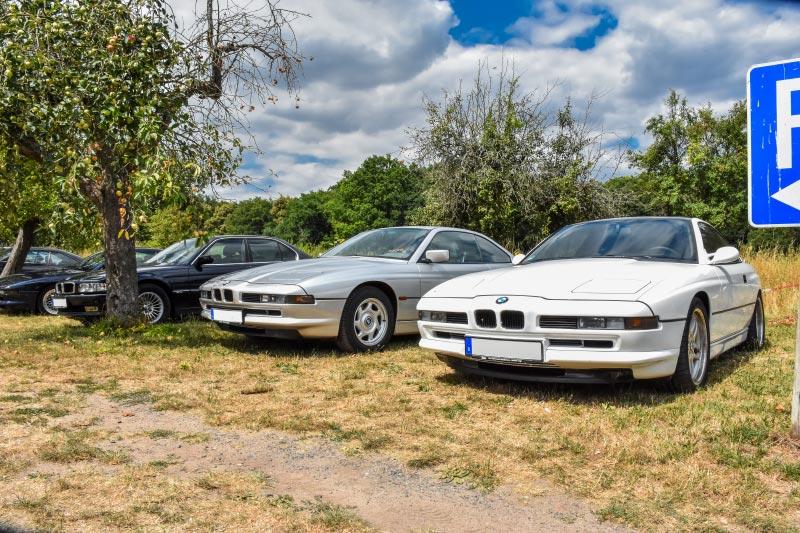 BMW 8er-Reihe am Parkplatz in Offenbach