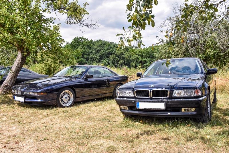7er-Südhessenstammtisch meets 8-Series Club. Treffen-Parkplatz mit dem BMW 850i (E31) und BMW 735i (E38) von Organisator Manfred ('hoerky').
