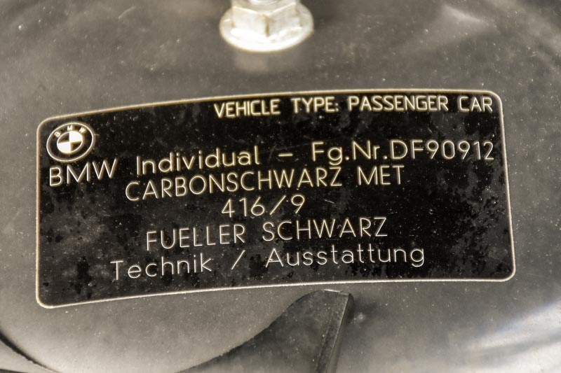 7er-Südhessenstammtisch meets 8-Series Club. BMW 740i (E38) Individual von Darius ('dmg'). Typschild im Motorraum.