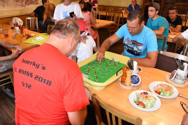 7er-Südhessenstammtisch meets 8-Series Club. 8er-Club-Tradition: Deathmatch-Wette: 8-Zylinder oder 12-Zylinder.