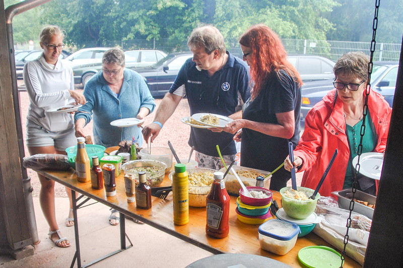 Grill-Stammtisch der Südhessen im Juli 2018: Salat-Buffet. Vorab wurde im Forum geklärt, wer was zum Essen mitbringt.