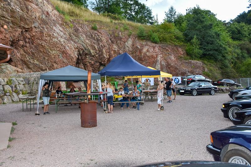 Grill-Stammtisch im Juli 2018: die Teilnehmer, die nicht an der Bergwerkführung teilnahmen sicherten die Pavillons gegen den Sturm ab