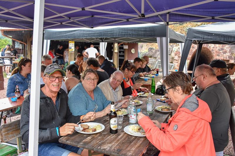 Grill-Stammtisch im Juli 2018: die Teilnehmer genossen ihr selbst gemachtes Abendessen