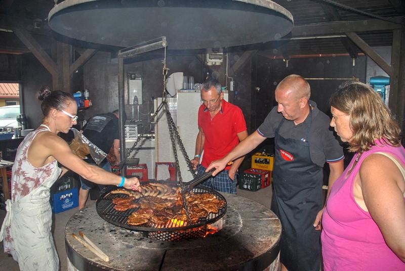 Grill-Stammtisch im Juli 2018: Diana, Ralf ('Ralf735iV8') und Jörg ('Imola 2') machten Fleisch dunkel auf Feuer