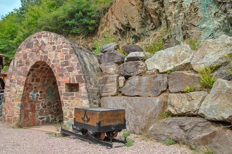 Grill-Stammtisch im Juli 2018: Eingang per Rundbogen in die Grube Wilhelmine in Sommerkahl