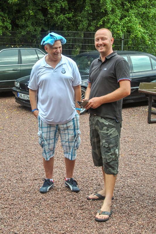 Alexander ('NiLuLe') sorgte per nassem Handtuch auf dem Kopf für die eigene Abkühlung, mit Ralf ('Ralf735iV8')