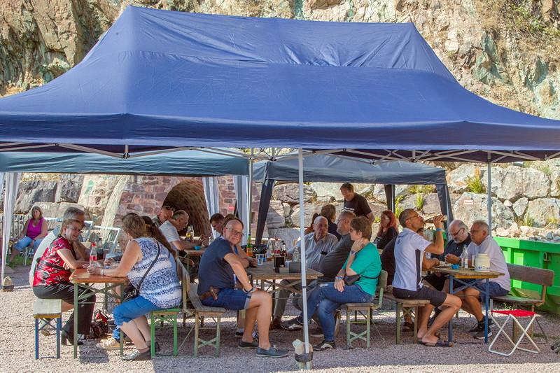 Bei sommerlichen Temperaturen jenseits der 30°C machten es sich die Teilnehmer unter den aufgebauten Pavillons gemütlich.