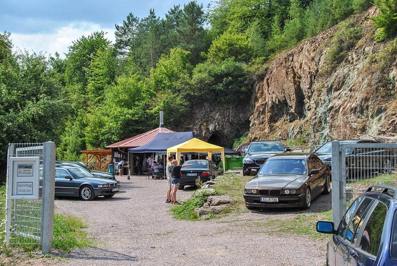 Grill-Stammtisch im Juli 2018: Blick durch das Eingangstor auf das Gelände der Grube Wilhelmine in Sommerkahl