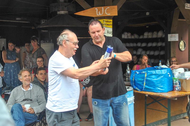 Grill-Stammtisch im Juli 2018: Jürgen ('Yachtliner') übergibt einen Tombolapreis an Ralf ('asc-730i')