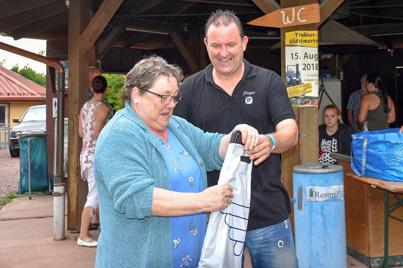 Grill-Stammtisch im Juli 2018: Anneliese gewann Kennzeichenhalter bei der Tombola