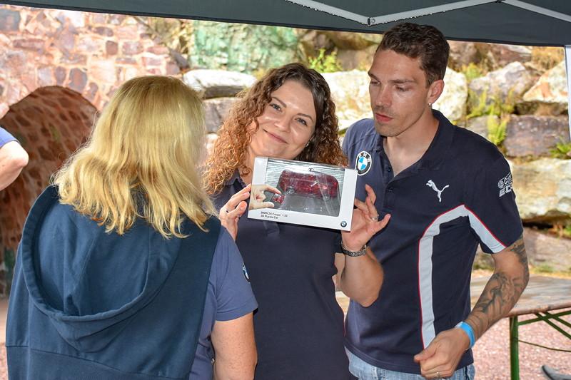Grill-Stammtisch im Juli 2018: Annika hat ein Modellauto bei der Tombola gewonnen