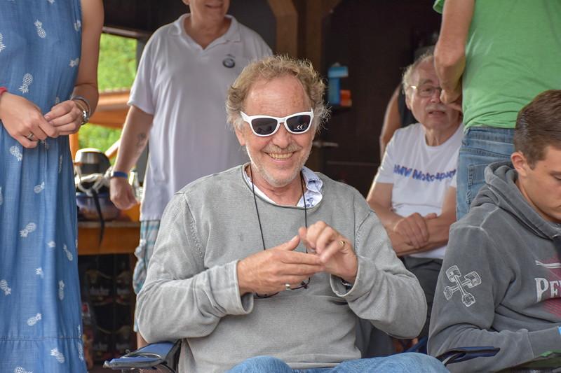 Grill-Stammtisch im Juli 2018: Roland ('roland1') hatte heute die weiteste Anreise. In der Tombola gewann er eine Sonnenbrille.