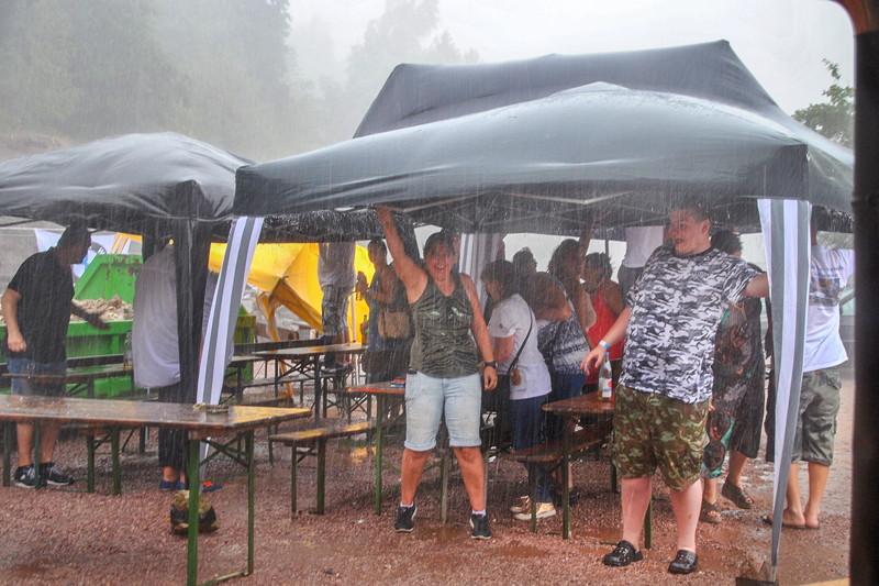 Die Pavillons mussten gegen das Unwetter durch Festhalten geschützt werden. Ergebnis: alle wurden nass.