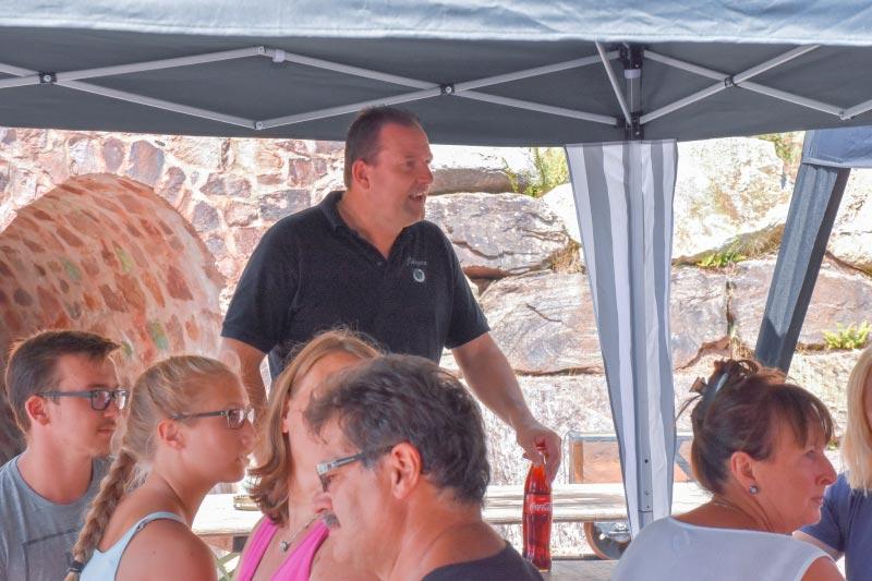Grill-Stammtisch im Juli 2018: die Teilnehmer wurden durch Jürgen ('Yachtliner') offiziell begrüßt