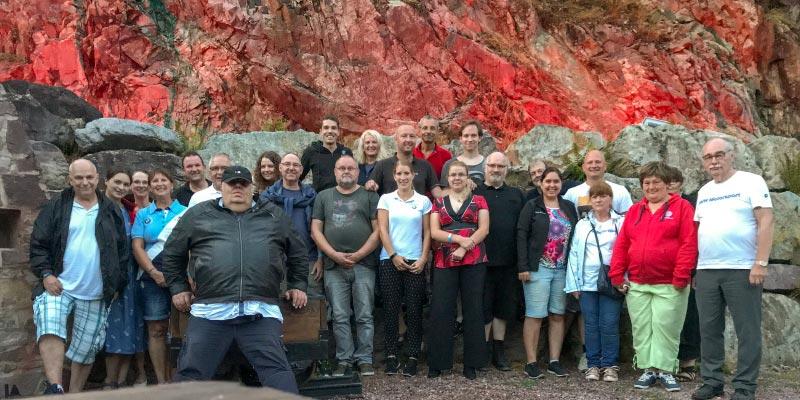 Gruppenfoto der Teilnehmer vor dem angeleuchteten Bergwerk in Sommerkahl