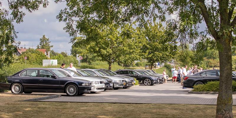 BMW 7er-Fahrer auf ihrem Stammtischparkplatz am Café del Sol in Castrop-Rauxel.