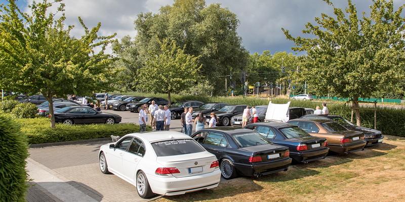 Die 7er-Fahrer verabredeten sich an ihrer Stammtisch-Lokalität in Castrop-Rauxel, um von dort gemeinsam im großen 7er-Konvoi zur BMW Scene Show zu fahren.