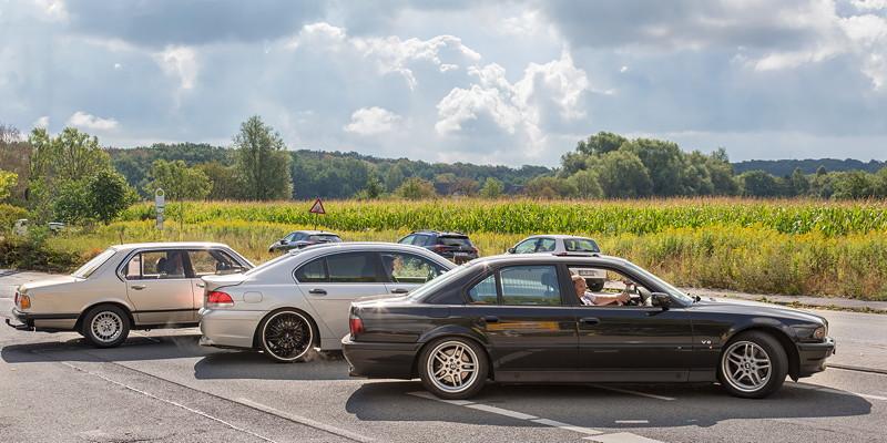 Gemeinsame Abfahrt zur BMW Scene Show 2018: BMW 732i (E23) mit Peter ('TurboPeter'), BMW 735i (E65) mit Michael ('Maschkow') und BMW 740i (E38) mit Manuela und Jens ('sandmaennchen1').