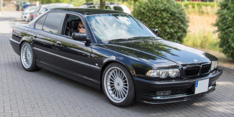 BMW 735i (E38), mit Ralf ('asc-730i') am Steuer und Brigitte auf dem Beifahrersitz.