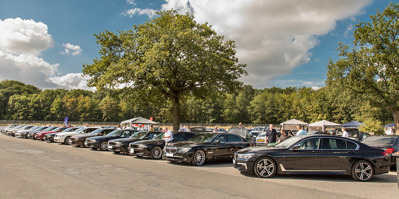 Lange Reihe von 7er-BMWs auf dem Sarrbruchgelände in Recklinghausen bei der BMW Scene Show 2018.