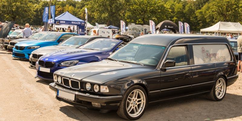 Die VIP-Area bei der BMW Scene Show 2018, vorne mit dem BMW 750iL Bestattungsauto von Mike ('Der Bestatter').