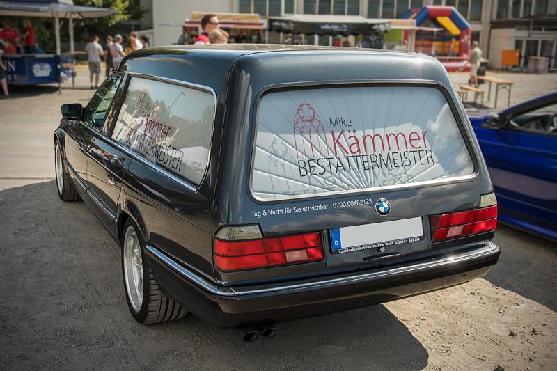 Mike ('der Bestatter') stand mit seinem BMW 750iL (E32) Bestattungswagen in der VIP-Zone.