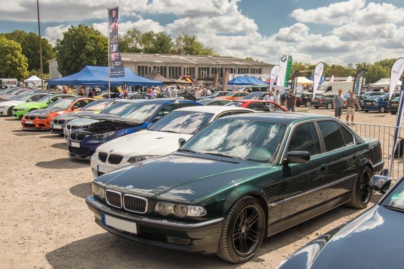 BMW Scene Show 2018: Blick auf das Saarbruchgelände, vorne ein 7er-BMW (Modell E38).