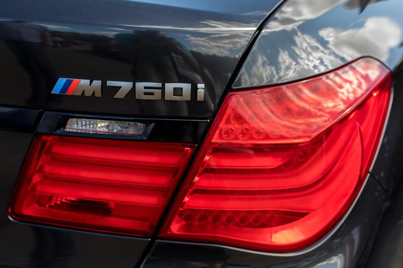 BMW 760i (F01) von Marc ('b7_do') mit nachgrüstetem M760i Schriftzug in Cerium Grey (vom G12).