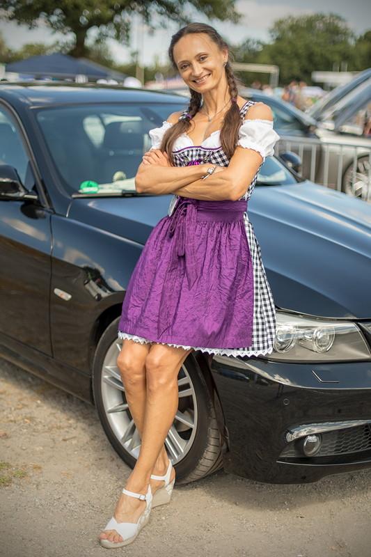 Polina ('Engel 07') kam im Dirndl und mit ihrem 3er-BMW zur BMW Scene Show 2018.