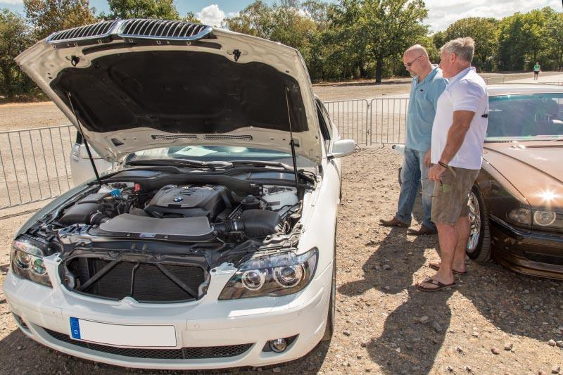 Frank Schwichtenberg schaut sich den BMW 750i (E65) von Olaf ('loewe40') zwecks Bewertung an.