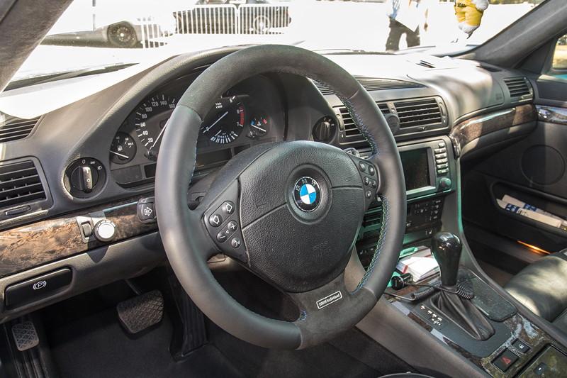 Neu beledertes Lenkrad mit Alpina-farbenen Nähten und nachgerüstetem Individual Schriftzug im BMW 735i (E38) von Ralf ('asc-730i').