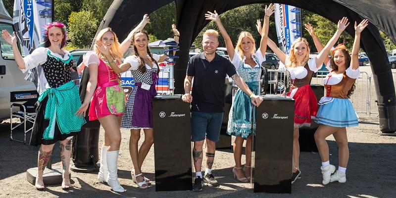 Die acht Teilnehmerinnen des 'Dirndl Contests'. Conny ('Schrauberella', ganz links) wurde Dritte und Polina Zweite ('Engel 07', dritte von links).