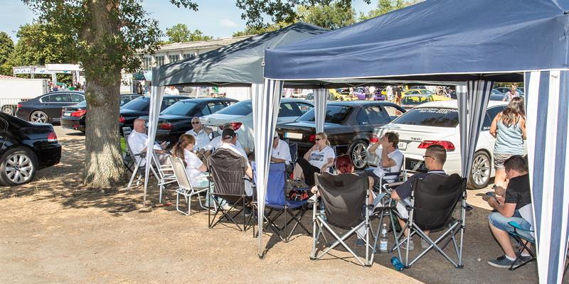 Unter Pavillons saßen die 7er-Fahrer in bester Stammtischmanier im Schatten zusammen.