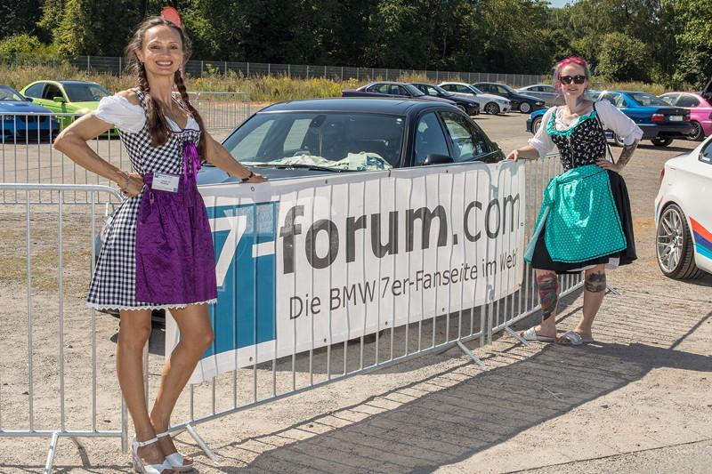Polina ('Engel 07') und Conny ('Schrauberella') am 7-forum.com Banner auf der BMW Scene Show 2018